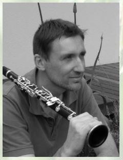 Mériadec Ruffet tenant sa clarinette sur l'épaule