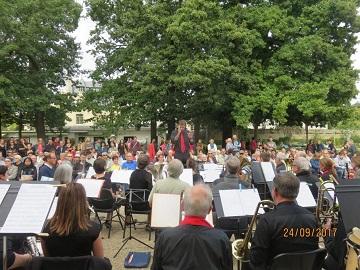 Les musiciens de l'OVO en concert à l'extérieur un jour d'été