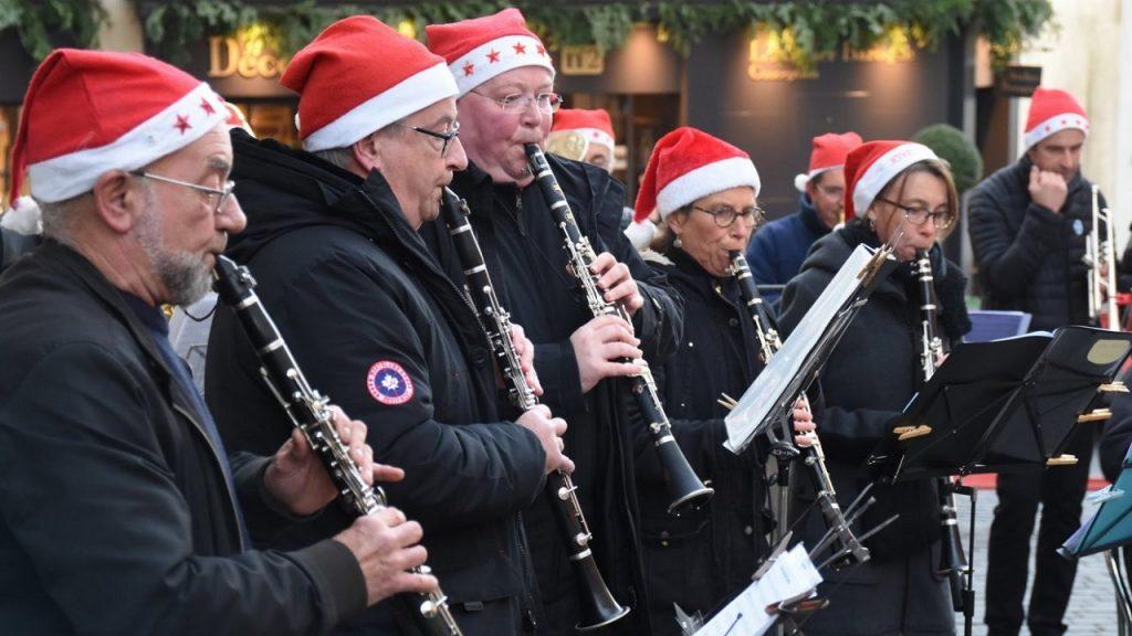 Cinq clarinettes et un trompettiste avec leur bonnet de Noël