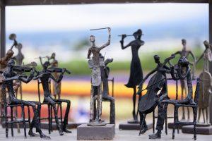 Des figurines de musiciens et leur chef d'orchestre en métal pour illustrer les musiciens de l'OVO en cours de répétition